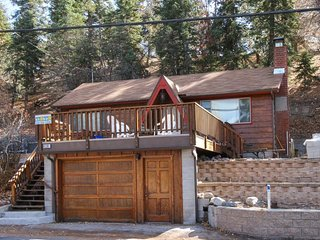 Mountainview cabin with spacious upper deck & wood stove, close to ski slopes