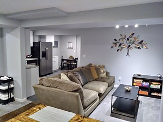 1000 sqft Downtown 2 Bedroom suite w/ private yard