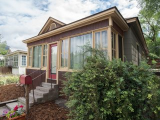 Charming 2 Bedroom Victorian Home, steps to downtown and the Hot Springs Pool!