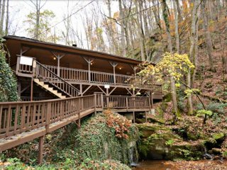 Waterfall Cabin in the Smokies - Hot Tub - WIFI - 5 Miles to Dollywood and Attra