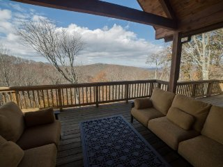 Elegant 4BR/4BA Mountain Lodge in Banner Elk with Long Range Views, Hot Tub