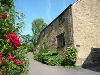 TRINDLEWELL COTTAGE, Stylish cottage in North Perrott wit WiFi and parking.