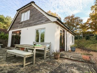 LONG MEADOW, WIFI, en-suite, views of South Downs, Ref 965129