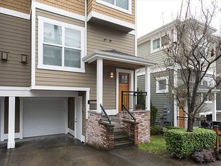 3BD/3BA Townhouse Near Space Needle