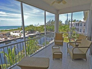 Penthouse 3BR w/ Rooftop Balcony & Ocean Views, Shared Pool & Spa, Boat Slips