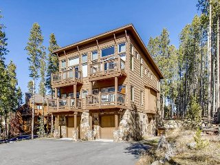 Luxe Award-Winning 4BR Ski-In/Ski-Out w/ Private Hot Tub & Epic Views