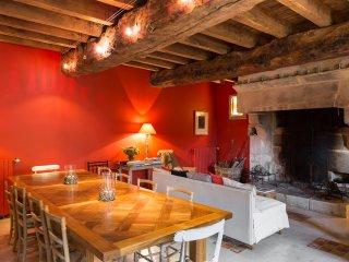 salle à manger et coin salon devant cheminée
