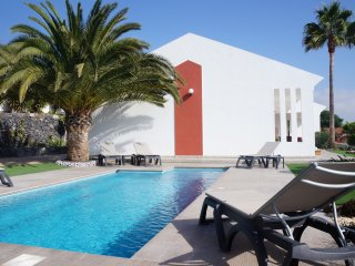 Beautiful Villa for 8 people, private heated pool, Wifi, 9min by car from beach