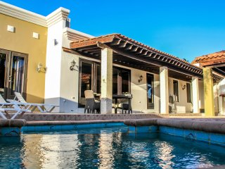 Cas di Soño D'Oro - 4-5 Bedroom/2-3 Bath Jacuzzi Pool Villa 5 minutes to Beach!