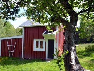 Kleines Schwedenhaus mit Motorboot nu drei km vom Stand entfernt