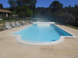 Gite au calme, dans la garrigue, grande propriete avec piscine chauffee,