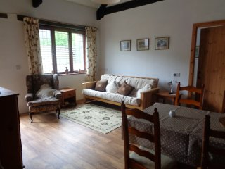 The Stable, 6 miles to Looe & dog friendly Seaton Beach, country retreat (1 BR)
