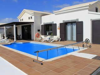 Villa ligthouse, heated pool,SAT e internet TV, garden, wifi, bbq.