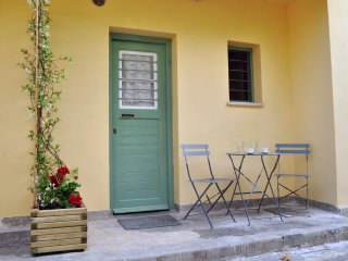 Character family apartment near Athens center & direct metro airport line