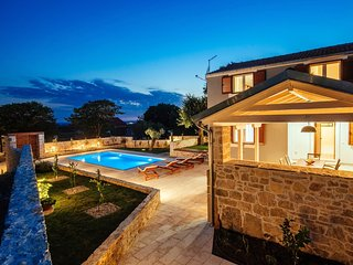 Stunning new villa 5km from the beach