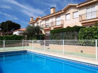 CASA MAGNOLIA: NICE ATTACHED SUMMER HOUSE WITH PRIVATE GARDEN AND COMMUNAL POOL