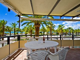 RODAS 322: Nice and completely refurbished, first line apartment in Salou center