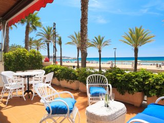 PISCIS 093: Lovely first-line beach front ground flooron Salou's main boulevard!
