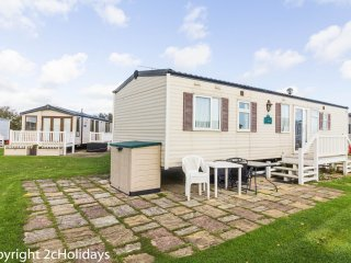 8 berth caravan at Hopton Haven Holiday Park, in Great Yarmouth. REF 80015WW