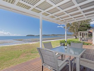 'Beached Inn' 93 Foreshore Drive - Spacious beach front house