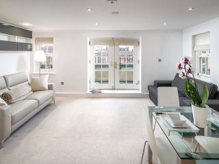 Light & airy 1bed Barons Court flat lift & balcony