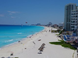 "Beachfront condo in Cancun""s Heart"