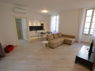 Tony Allard 2D - Modern 1 BR apartment in city centre, just behind Grand Hotel