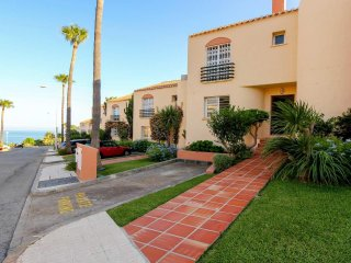 Modern 3BR Townhouse in Club la Costa, Sea Views