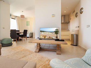 Samara, Modern 2BR 3BA Duplex in Marbella, Heated Pool