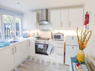 MERMAIDS REST, open plan, electric woodburning stove, woodland views, Ref 969640