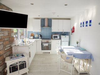 STARFISH REST, open plan living, surrounding woodland, Penwith Heritage Coast, R