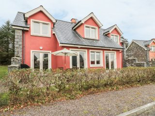 RING OF KERRY GOLF CLUB COTTAGE, en-suite bedroom, 2 sitting rooms, detached cot