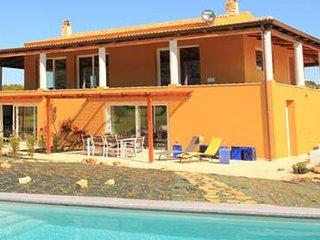 Appart. 2/4 pers. 2 ch, dans villa avec piscine., 10 m. des plages
