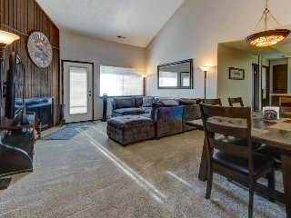 Large two-floor condo near slopes w/shared hot tub & sauna!