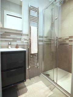 2 of 4 bathrooms are en-suite