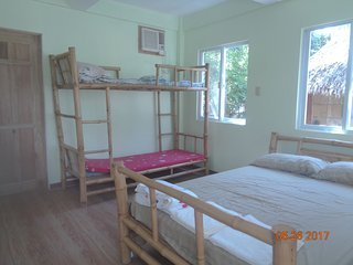Las camas constan de una cama de tamaño completo (2 personas), y una litera (para 2).