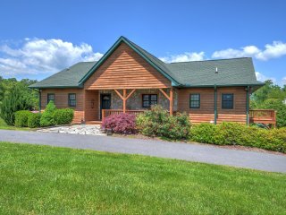 KIDS SKI FREE! Lg Family Home - 2 Masters-2 Fireplaces Hot Tub & Awesome Views!
