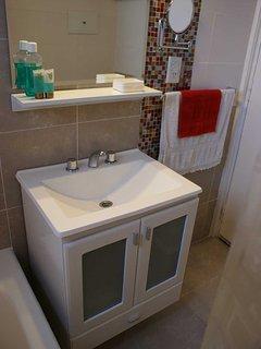 Lavabo con amplias comodidades y elementos de aseo personal