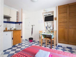 STUDIO CHARMANT  SACRE COEUR MONTMARTRE GOOD FOR 2 PERSONS