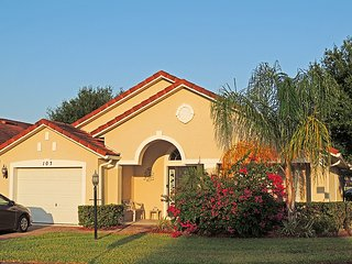 Luxury 4 Bedroom Villa, 2.5 miles from Champions Gate. Excellent nightly price