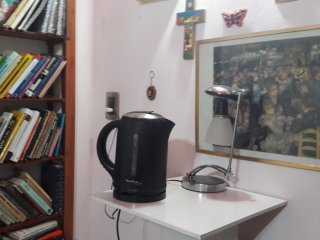 Pava eléctrica y café, té, mate  azúcar y sal en saquitos.