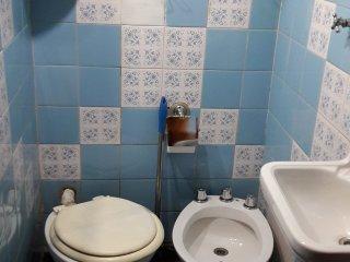 Baño pequeño en suite completo, con ducha.
