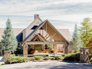 'Bear's Den Lodge' 5BR Townsend Cabin on 9 Acres!