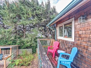 Heceta Beach Cottage: Ocean Views | Hot Tub | Sun-Room | Patio | Free WiFi