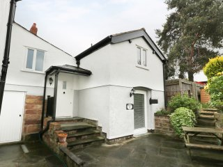 THE LAIR, pretty cottage, close to town's amenities, garden, WiFi, in Frodsham,