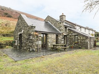 NANT-Y-PWL COTTAGE, family friendly, luxury holiday cottage, with a garden in Br