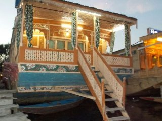 Peaceful 3-bedroom houseboat for a traditional experience