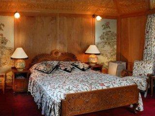 Luxury stay in a houseboat