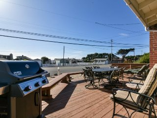 Nice Family Beach home, 2 Blocks to the Beach! Large Deck!