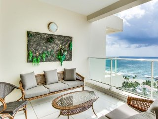 Beautiful modern condo w/ shared pool & ocean views - minutes to beach!